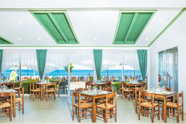 Dolphin Beach Hotel - Хранене